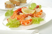 Shrimps with salad and lemon