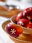 Red apples with a icing sugar pattern (thumbnail)