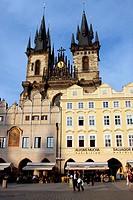 Church of Our Lady in front of Týn, Prague. Czech Republic / Iglesia de Týn. La fachada de esta iglesia gótica iniciada en 1365 esta encuadrado por do...