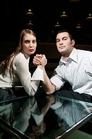 uomo e donna, braccio di ferro