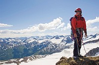 USA, Alaska, Chilkat Mountains, Flower Mountain, mountaineer on peak