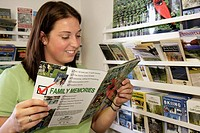 Pennsylvania, Stroudsburg, Pocono Mountains Visitors Bureau, female reads guide, brochures,