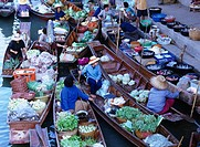 Floating market Damununsaduac Bangkok Thailand Ship People River