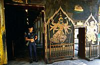 Policeman in front of a painting of Ramakien (Ramayana thaï version), temple of Wat Phra Keo, Bangkok, Thaïland