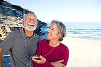 Senior couple listening to an mp3 player (thumbnail)