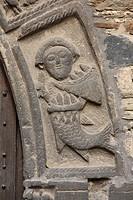Romanisches Pfarrhoftor, Relief mit Fischwesen