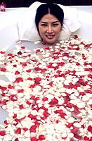 Spa - Relaxing bath - Milk and honey bath with rose petals (thumbnail)