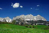 View to Wilder Kaiser range with traditional farmhouse, Kaiser range, Tyrol, Austria