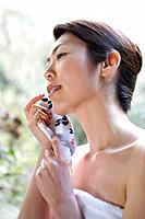 Woman holding a towel, side view, differential focus, Japan (thumbnail)