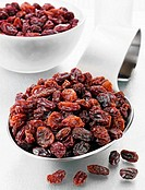 Raisins on a spoon and in a glass bowl