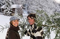 Austria, Salzburger Land, Altenmarkt, Young couple carrying fir tree