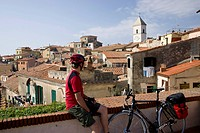 Italy, Tuscany, Capoliveri, Mountainbiker taking a break
