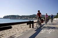 Italy, Tuscany, Campo nell´Elba, Mountainbikers riding on the seaside