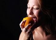 Frau mit Orange