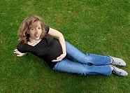 Schwangere Frau auf Wiese