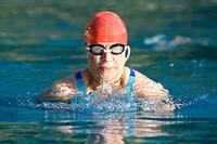 Brustschwimmerin im Wettkampf