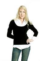 Junge blonde Frau in Jeans