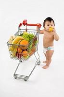 Baby mit Einkaufswagen