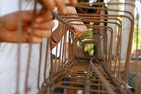 Tasbapauni, Nicaragua, Hands holding metal structure