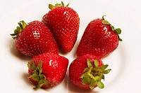 Close-up of strawberries in a bowl (thumbnail)