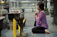 Thai Buddhist woman praying at temple, Wat Phra Kaew Wat Phra Kaeo, Royal Palace, Bangkok, Thailand, Southeast Asia, Asia