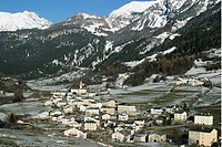 Italien, Samhälle I Alperna, Aerial View Of Village By Snowcapped Mountain