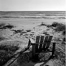 En Trasig Trädgårdsstol På Stranden Vid Havet, Broken Chair On Beach B&W