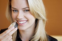 Young woman eating sushi (thumbnail)