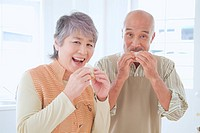 Senior Husband And Wife Who Eat Sandwiches (thumbnail)