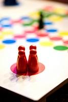 Ludo board Game Fyra röda spelpjäser står på ett färglatt bräde av Fia med knuff.
