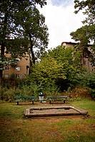 Öde Bänkar, Sandlåda Och Papperskorg I Bostadsområde. September 2007, Stockholm, Sandbox In Park