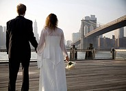 Brudpar på Fulton Ferry Landing, Brooklyn Bridge, New York, USA Bridal Couple On Fulton Ferry Landing, The Brooklyn Bridge In Background, New York, US...