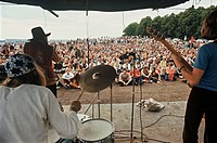 Gärdesfestivalen, Augusti 1970, Three People Playing Music With People In The Background
