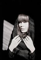 Kvinna i svart stickad sjal runt huvudet, närbild. Close_Up Of Woman Wearing Black Knitted Shawl On Head B&W