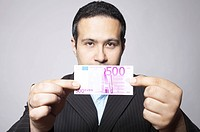 Man offers a 500 euro banknote