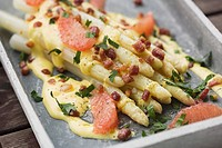 White asparagus with grapefruit and bacon