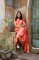 Indian Woman in red sari, Chandni Chowk Bazar, Old Delhi, India Indienne en sari rouge, Bazar de Chandni Chowk, Vieux Delhi, Inde Inderin in rotem Sar...