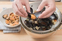 Shelling cooked mussels