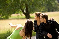 Group, young, gets along, observes, indicates, athletically, leisure time, nature, outside,