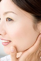 Woman who does skin care (thumbnail)