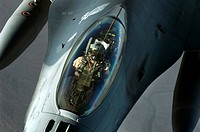 A F_16 Fighting Falcon detaches from a KC_135 Stratotanker after refueling