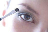 woman putting eye shadow