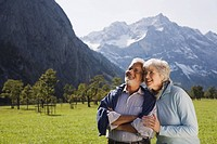 Austria, Karwendel, Ahornboden, Senior couple in mountain scenery
