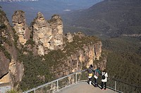 The Three Sisters, and Tourists at Echo Point, Katoomba, Blue Mountains, New South Wales, Australia