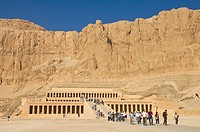 Tourists visiting the rebuilt Temple of Hatshepsut, Deir el Bahari, West bank of the River Nile, Thebes, UNESCO World Heritage Site, Egypt, North Afri...