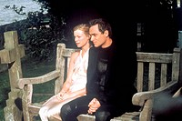 movie, The Best Man, GBR 2005, director: Stefan Schwartz, scene with: Amy Smart and Stuart Townsend, comedy, half length, park bench,