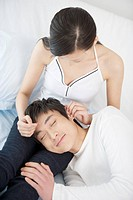 Man lying on woman´s lap sleeping