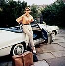 Verkehr hist., Autotypen, Mercedes Benz, 50e Jahre, Frau steht vor Cabrio mit ihren Koffern, Foto: Dessecker, sonnenbrille, enge hose, bluse,