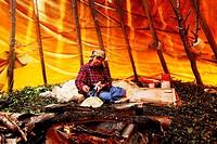 Brot backen in einer Pfanne über dem offenen Feuer auf traditionell samische Art in einer Zeltkote