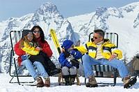 Gruppe Wintersportler im Liegestuhl